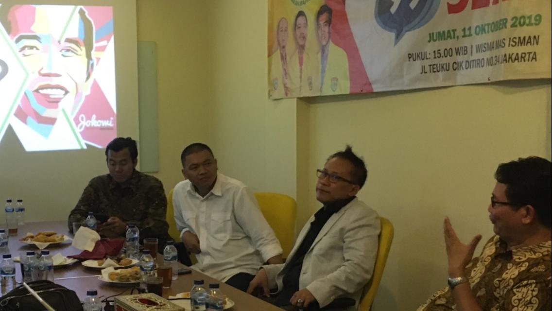 Jurnalis senior Auri Jaya (tengah) dalam diskusi bertajuk Meneropong Kabinet Kerja jilid dua Jokowi-Ma'ruf, Jumat (11/10) di Jakarta. (Foto: Winento/GenPI.co))