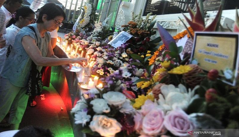 Keluarga korban bom Bali menyalakan lilin saat peringatan 17 tahun tragedi bom Bali di Monumen Bom Bali, Legian, Kuta, Bali, Sabtu (12/10). Foto: Antara