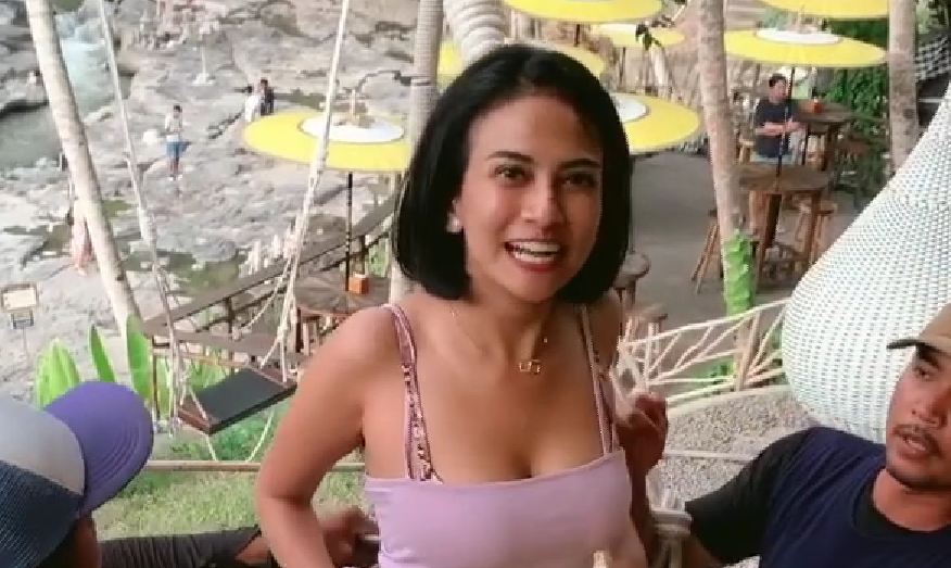 Vanessa Angel bermain ayunan di D'Tukad River Club Bali (Foto: Instagram/ @vanessaangelofficial)