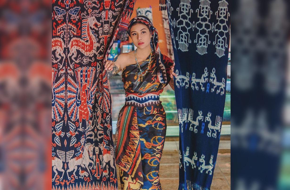 Awkarin tampil cantik dan anggun dalam balutan tenun Sumba yang eksotis. (Foto: Instagram/@awkarin)