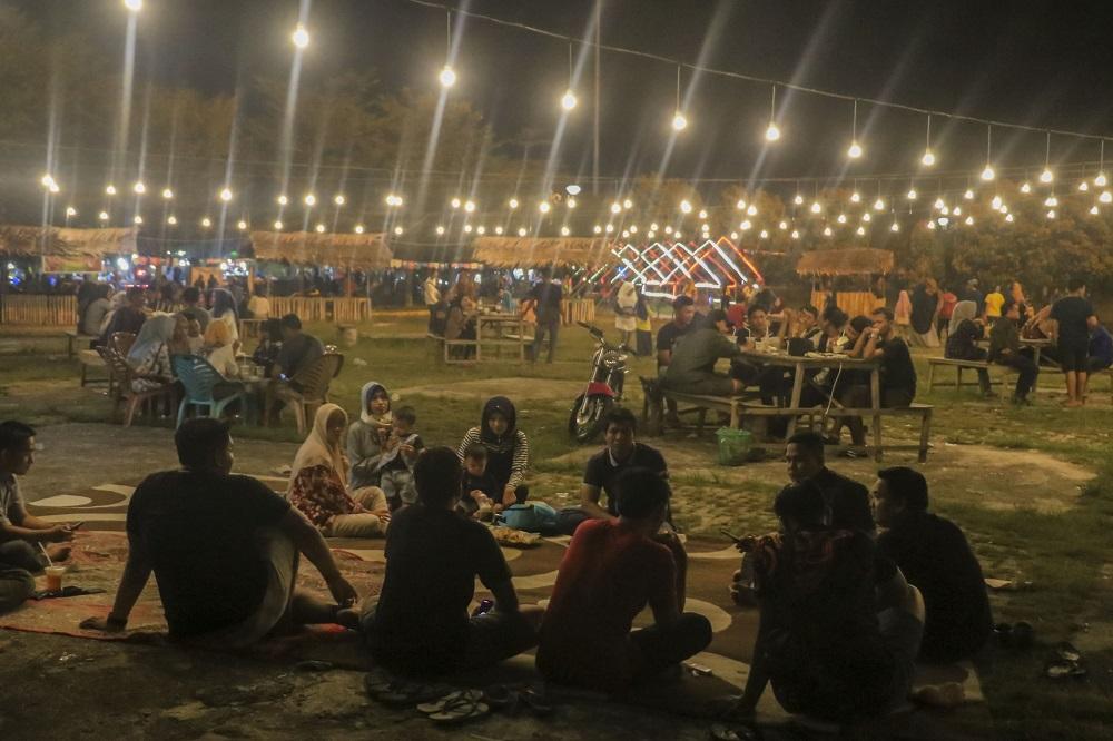 Pasar digital Dangoe-Dangoe pada Sabtu (05/10) malam dipadati ratusan pengunjung. Lokasinya berada di Dataran Tinggi Pematang Baih, Pasir Pangaraian, Kabupaten Rokan Hulu, Provinsi Riau. (Foto: Heru/GenPI.co)