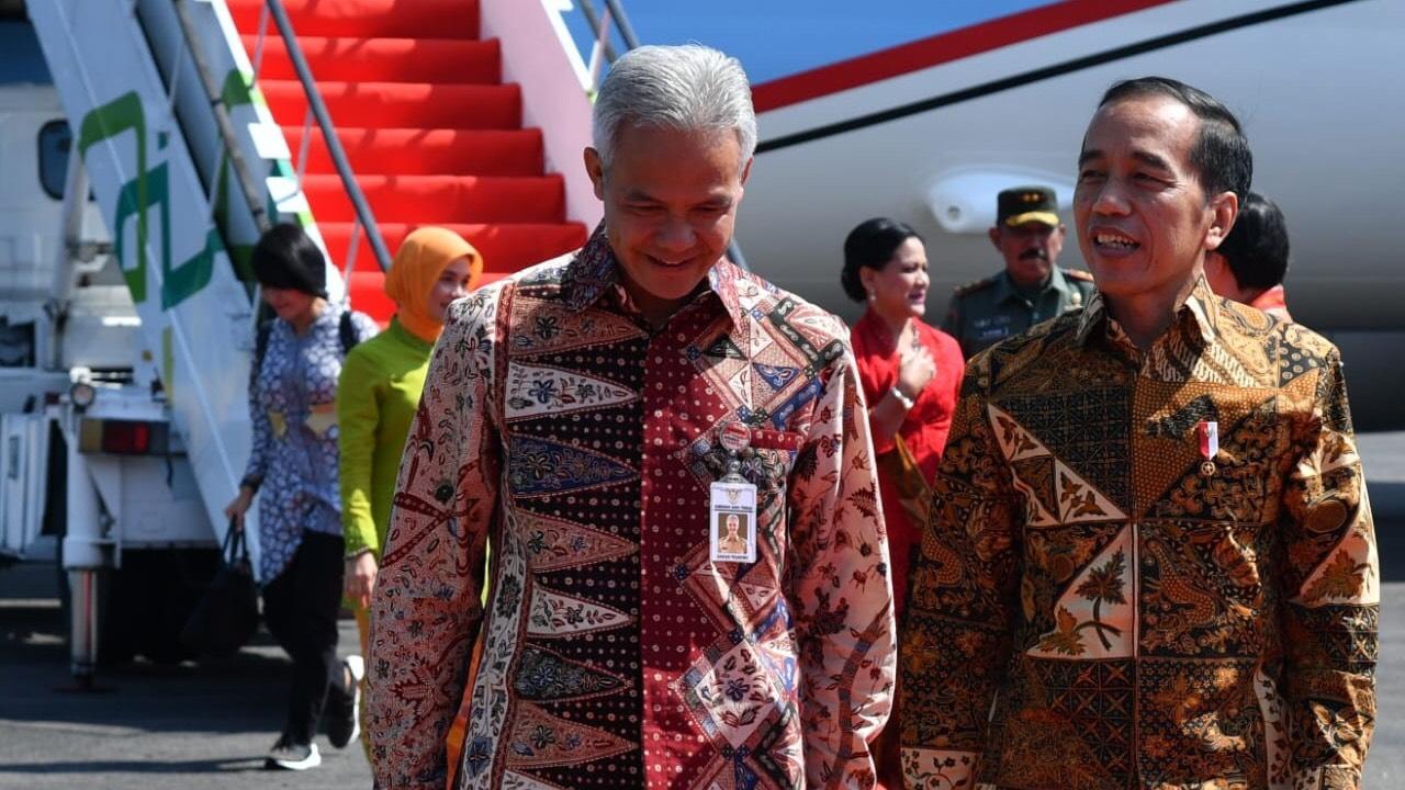 Kompaknya Pak Ganjar dan Presiden Jokowi pakai batik di Hari Batik Nasional (Foto : Foto: BPMI Setpres/Laily Rachev)