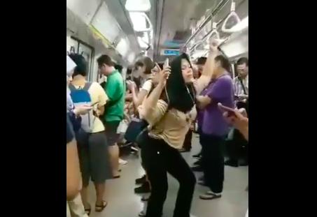 Mbak-mbak joget santuy di kereta, bikin penumpang lain senyum-senyum sendiri (Foto : Twitter Katolik Garis Lucu)