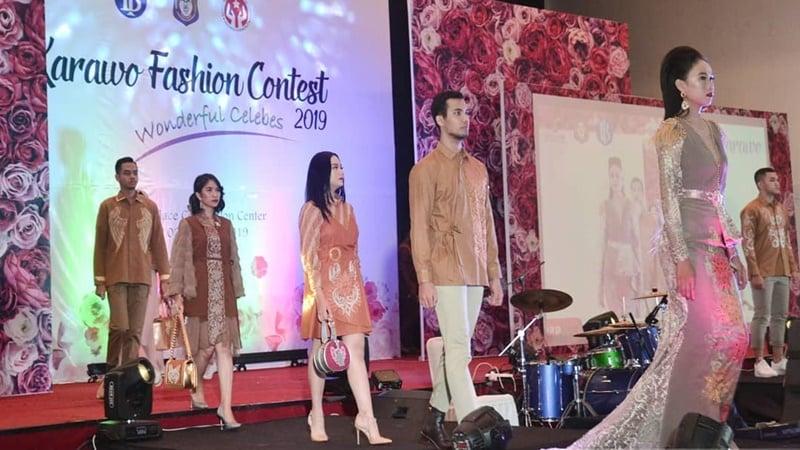 Para model menampilkan adibusana karya desainer muda yang berhiaskan sulaman karawo (foto: Exel Maestro)