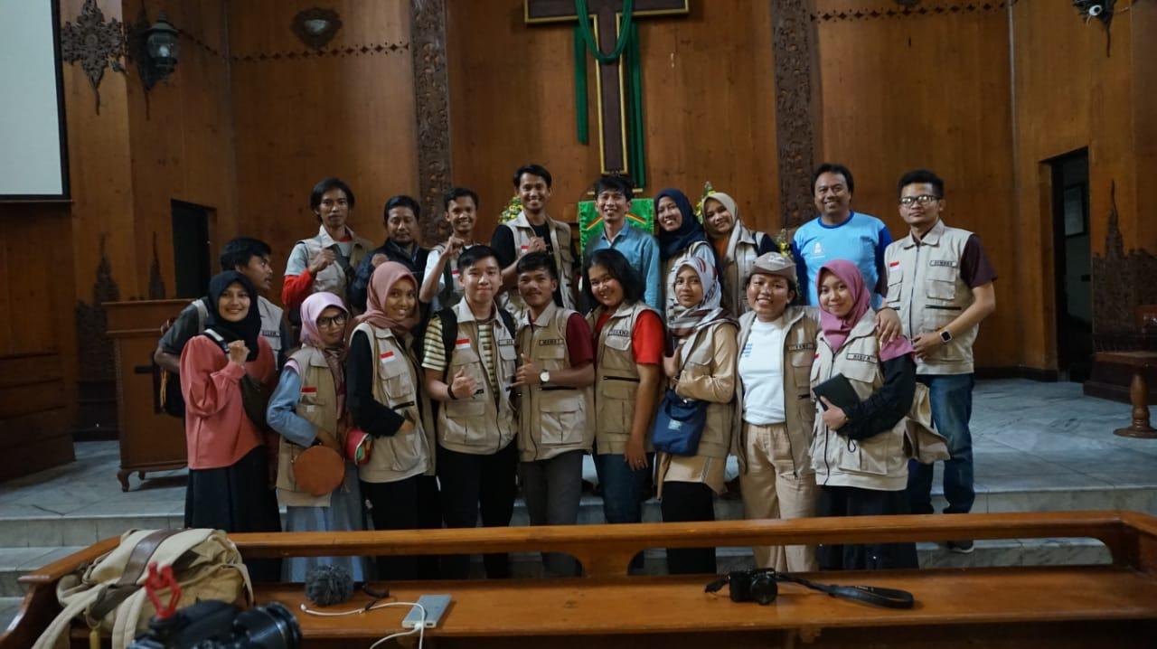 Peserta program Jelajah Toleransi di Wonosobo kala mengunjungi Gereja Kristen Jawa. (Foto: Wening.)