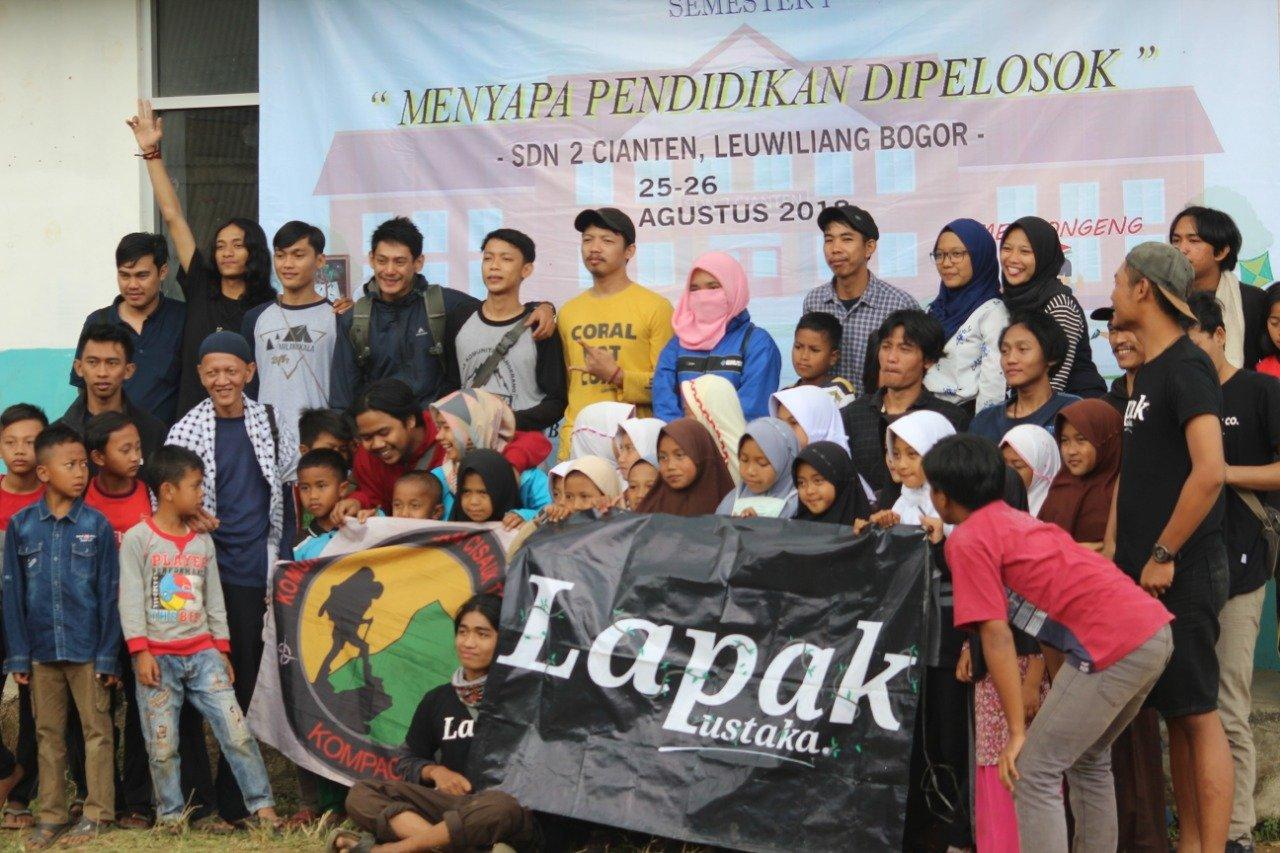 para anggota komununtas Lapak Pustaka ketika meenjalankan program menyapa pendidikan di pelosok. (Foto: Bagus)