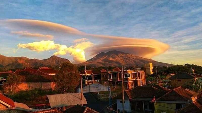 Fenomena Gunung Lawu Bertopi pada Kamis pagi, 3 Oktober 2019 (foto: Achmad)
