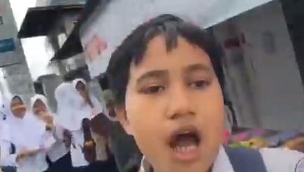 Bocah Maluku ini bikin netizen ngakak setelah videonya viral yang mengatakan gempa berpotensi libur! Duh, adiknya siapa sih ini? (Foto : Twitter Almascatie)