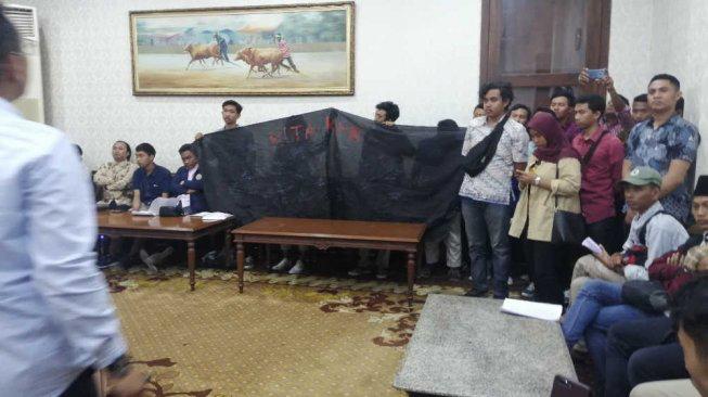 Mahasiswa Jatim menolak pertemuan dengan jamuan makan. Mereka bertemu dengan Forum Pimpinan Komunikasi Jatim untuk audiensi, bukan menyantap hidangan (Foto : Suara Jatim)