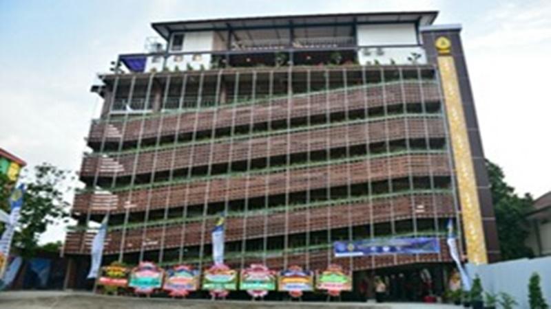 Gedung parkir motor Universitas Semarang (foto: Metro Jateng)