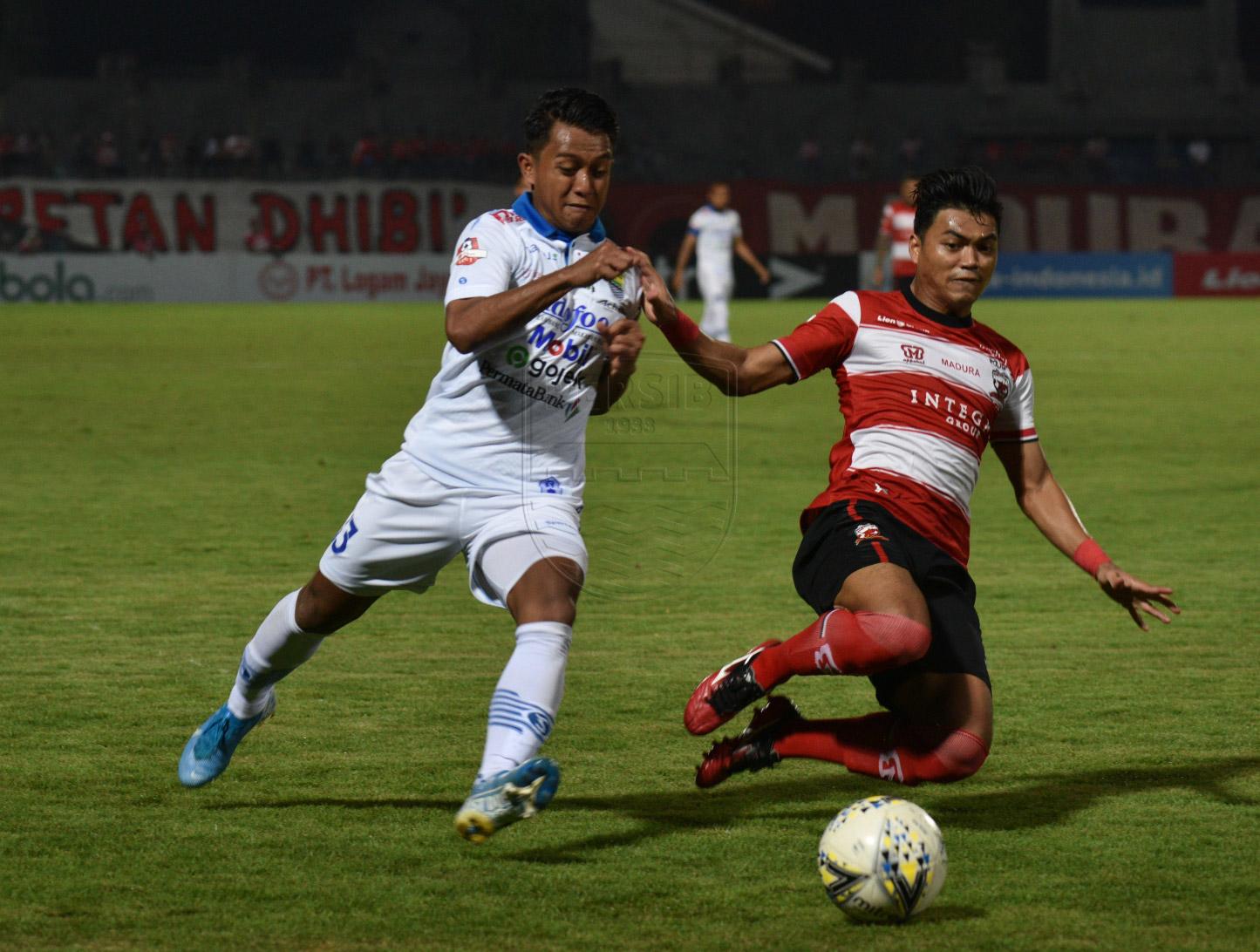 Persib Bandung gagal mengakhiri kutukannya saat melawat ke kandang Madura United. Persib harus rela ditekuk Madura United dengan skor 1-2 di Stadion Gelora Bangkalan, Sabtu (5/10). Foto: Persib