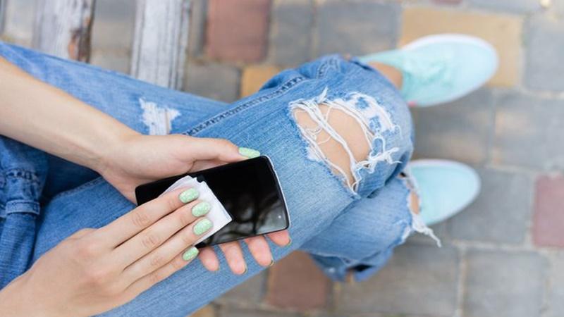 Ilustrasi membersihkan ponsel (foto: iprogressman)