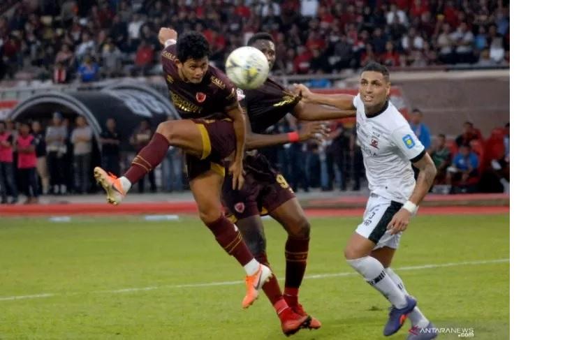 PSM Makassar harus berjuang sangat keras untuk menekuk Madura United dengan skor 1-0 pada lanjutan Liga 1 2019 di Stadion Andi Mattalatta, Kamis (24/10). Foto: Antara