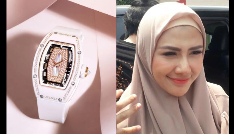 Jam tangan Richard Mille Rey Utami jadi sorotan saat menyambangi Kejaksaan Jakarta Selatan, Kamis (24/10) (Foto : Richard Mille Official dan Grid)