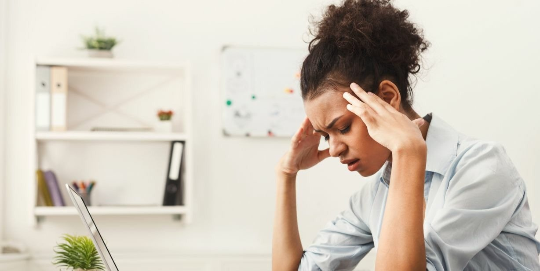 Sakit kepala berlebihan sering membuat kerja berantakan. Waspada, guys. Coba periksa, bisa jadi ada kebocoran otak! (Foto : Flo Health)
