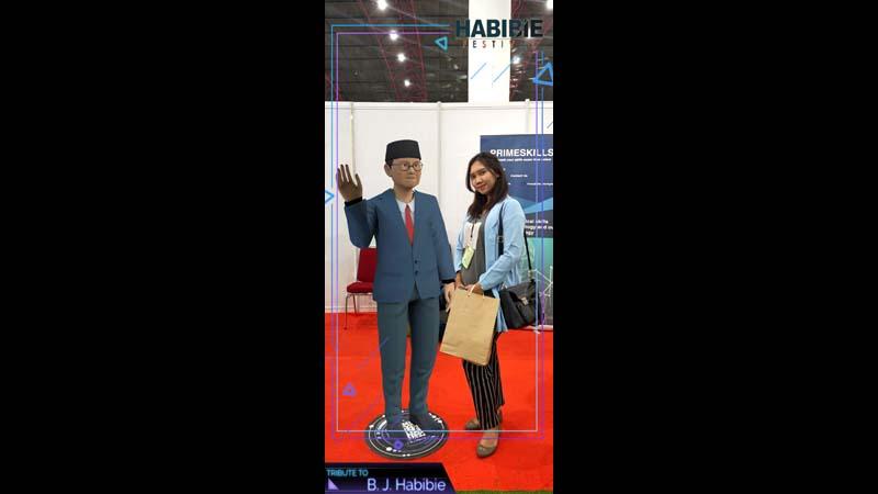 Selfie dengan BJ Habibie di aplikasi HabibieAR yang hanyaada di Orbit Habibie Festival (foto: GenPI.co)