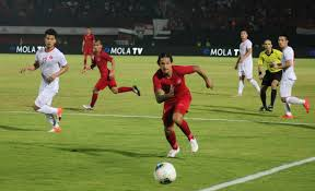 Timnas Indonesia harus menelan kekalahan demi kekalahan saat kualifikasi Piala Dunia 2022. Akibatnya, warganet sebal dan mau jual TV berjemaah (Foto : Bolaskor)