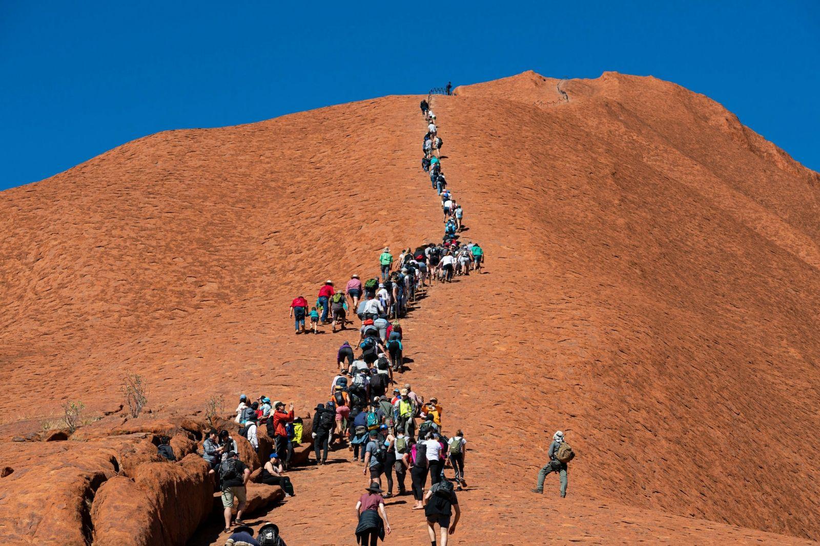 Seperti Pulau Komodo, Uluru, tempat suci Suku Aborigin yang sebelumnya dibuka untuk wisata bakal segera ditutup pemerintah Australia (Foto : NY Times)