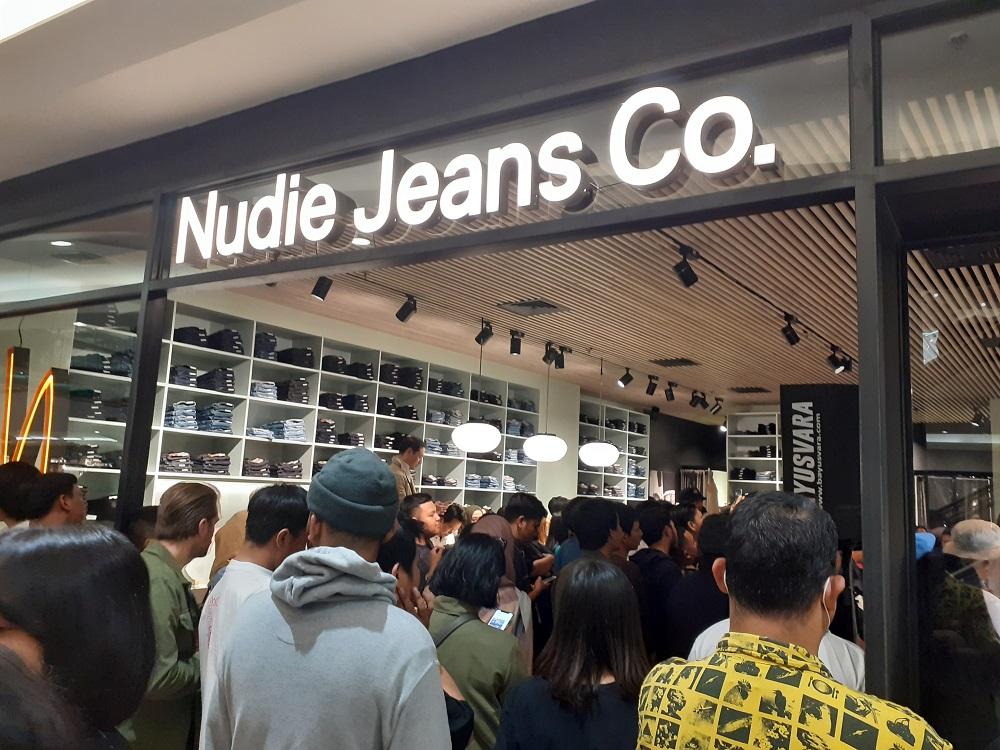 Padatnya pengunjung di Nudie Jeans Repair Shop. (Foto: Andri/GenPI.co)