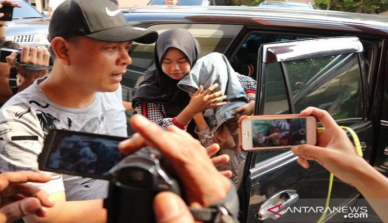 Medina Zein menutupi kepalanya dengan jaket saat tiba di Puslabfor Mabes Polri di Kalimalang, Jakarta Timur. Foto: Antara