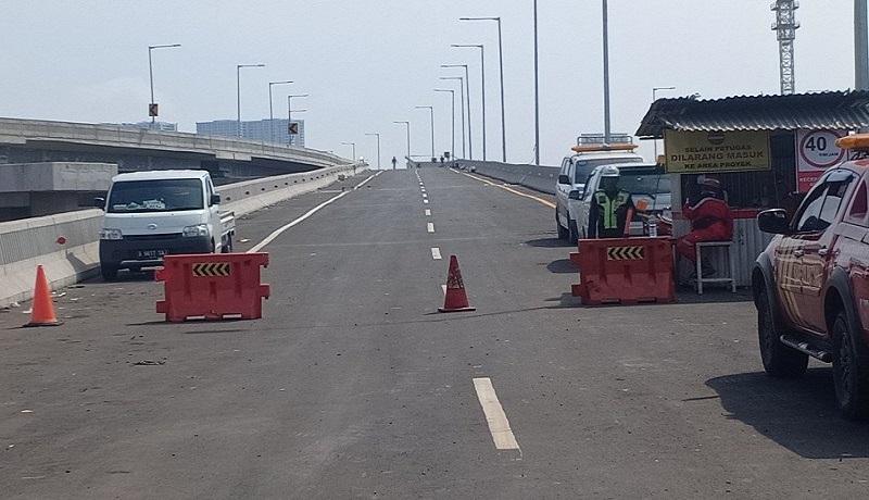 Jalan masuk jalan tol layang Japek II di kawasan Cikunir, Bekasi, Jawa Barat, Minggu (8/12). Foto: Antara