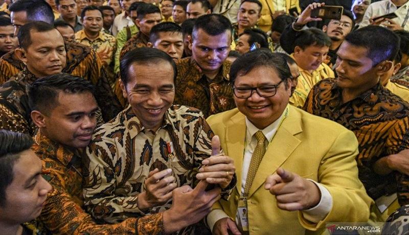 Presiden Joko Widodo didampingi Ketum Golkar Airlangga Hartarto saat membuka Munas di Jakarta. Foto: Antara