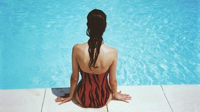 Lakukan sejumlah cara untuk menjaga rambut tetap ciamik meski sering berenang (foto: pixabay)