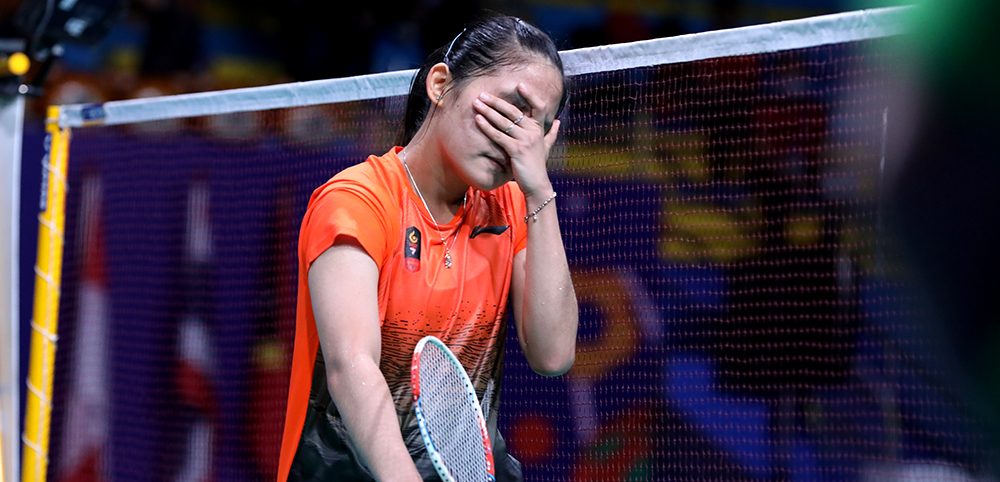 Tunggal putri Indonesia Ruselli Hartawan hanya tertunduk lesu setelah laga final badminton SEA Games 2019 antara dirinya melawan Selvaduray Kisona berakhir. Foto: PBSI