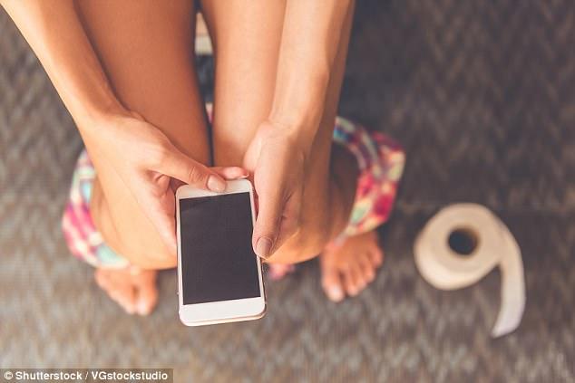 Melihat ponsel saat buang hajat adlah kebiasaan buruk yang dapat berdampak pada kesehatan. (Foto: Daily Mail)