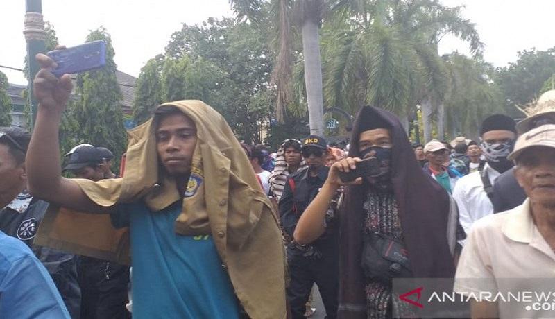 Ribuan masyarakat Lombok Tengah (Loteng), Nusa Tenggara Barat turun ke jalan dan berunjuk rasa menolak perubahan nama Bandara Internasional Lombok (BIL) menjadi Bandara Internasional Zainudin Abdul Majid di Kantor DPRD NTB. Foto: Antara