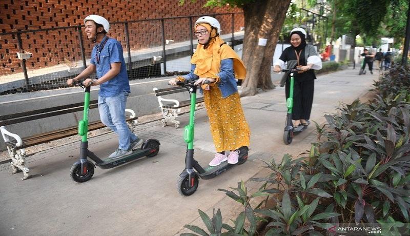 Pengguna jalan menggunakan Grabwheels atau skuter listik di Jakarta. Foto: Antara