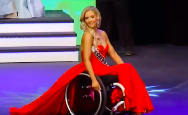 Madeline Delp tampak anggun dengan gaun merah saat ajang pemilihan Miss North Caroline USA 2019. (Foto: Instagram/@liveboundlessgirl)