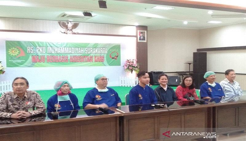 Gibran Rakabuming Raka (empat dari kiri), memberikan keterangan kepada wartawan usai mendampingi istrinya melahirkan anak kedua mereka pada Jumat di Rumah Sakit PKU Muhammadiyah Surakarta. Foto: Antara