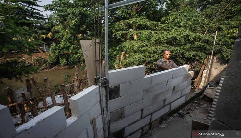 Seorang warga meninggikan rumahnya untuk mengantisipasi banjir di kawasan Rawajati, Pancoran, Jakarta Selatan. Foto: Antara