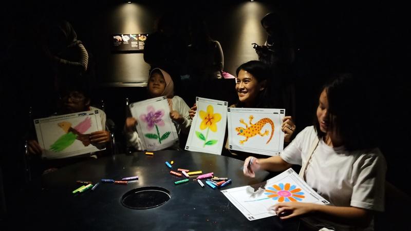 Dian Sastrowardoyo memilih terapi gambar buat anak pertemanya yang menderita autisme (foto: Asahi Asry)