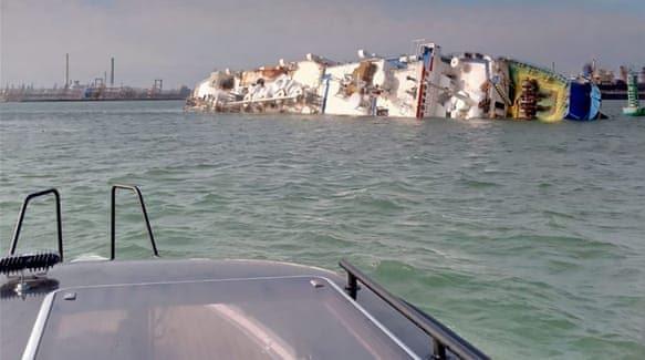 Kapal Queen Hind yang mengangkut domba condong ke salah satu sisi lalu tenggelam selurunhya. (Foto: aljazeera.com)