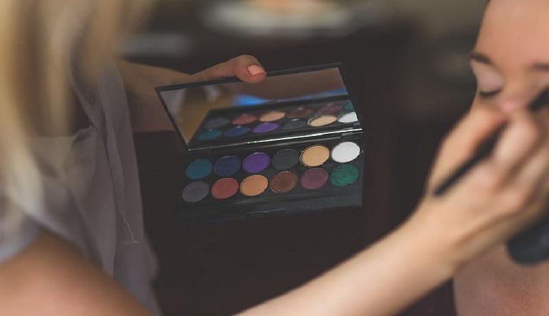 Ilustrasi memakai eyeshadow. (pixabay)