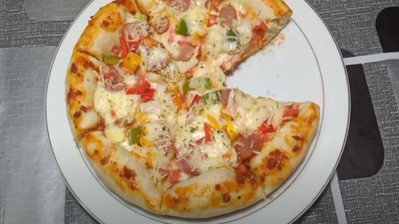 Piza yang dimasak hanya dengan menggunakan teflon (foto: SC YouTube Dapur Siska)