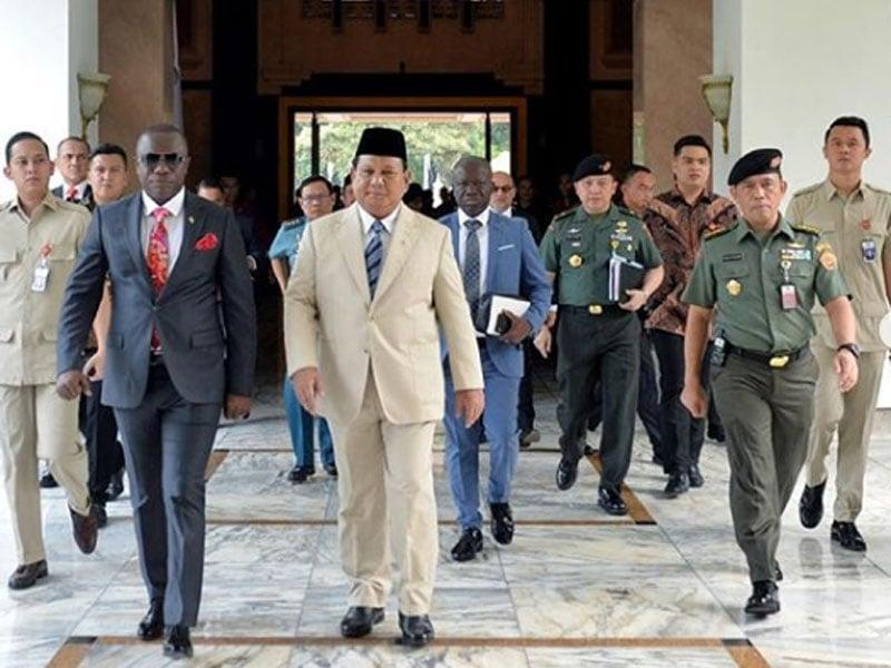 Menteri Pertahanan Prabowo Subianto (jas krem) dan Menteri Pertahanan Ghana Dominic B.A. Nitiwul (jas hitam). Foto: Instagram/Kemhanri
