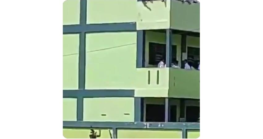 Pedagang cilok melayani siswa sekolah dari luar gedung (foto: SC @akusukajalan2)
