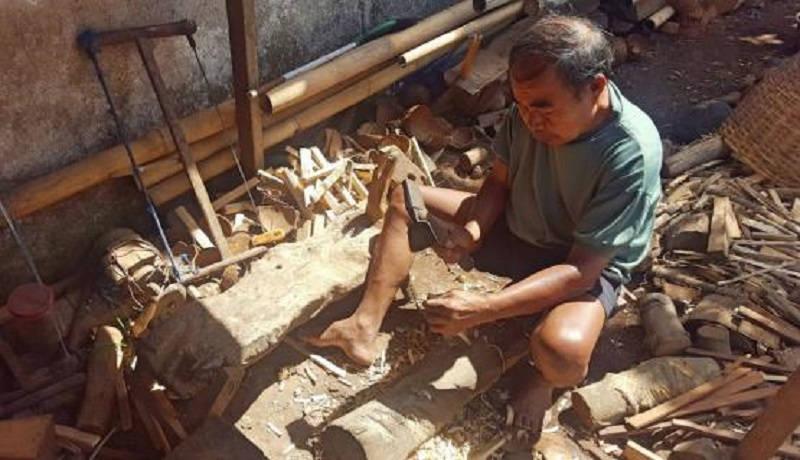 Sumadi perajin tempurung kelapa. (ist)