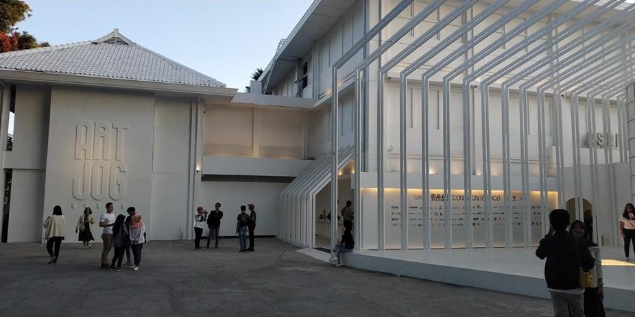 ArtJog MMXIX atau ArtJog 2019 tengah berlangsung yang menyajikan berbagai instalasi seni keren dan orisinil. Yuk foto-foto disini.