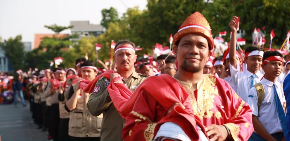 Masjid Terbesar di Surabaya Kibarkan Bendera Seberat 45 Kilogram