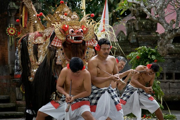 Tradisi Ngurek yang dilakukan pada hari raya Kuningan. (Foto: Balikami)