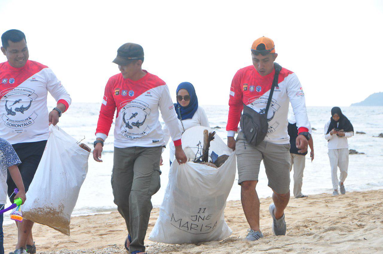 "Aksi bersih-bersih pantai atau ""gerakan menghadap laut"", Minggu, (18/8/2019), di pesisir pantai Leato, Dumbo Raya. Bersih-bersih pantai ini merupakan gerakan nasional yang digagas oleh Menteri Kelautan dan Perikanan. (Foto: Alfred)"