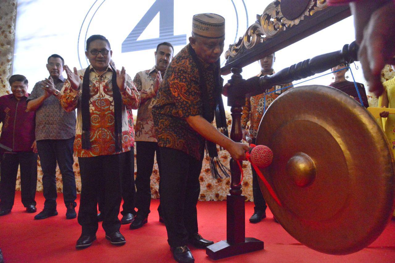 Gubernur Gorontalo Rusli Habibie saat memukul gong sebagai tanda diresmikannya Hotel Horison Gorontalo. (Foto Salman)