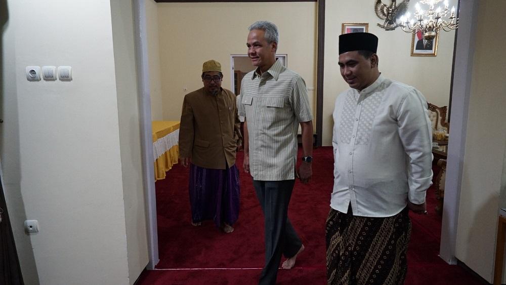 Pertemuan empat mata Gubernur Jateng Ganjar Pranowo dan Wagub Gus Yasin sesaat sebelum keberangkatannya ke Tanah Suci Mekah untuk berziarah di makam Mbah Moen.