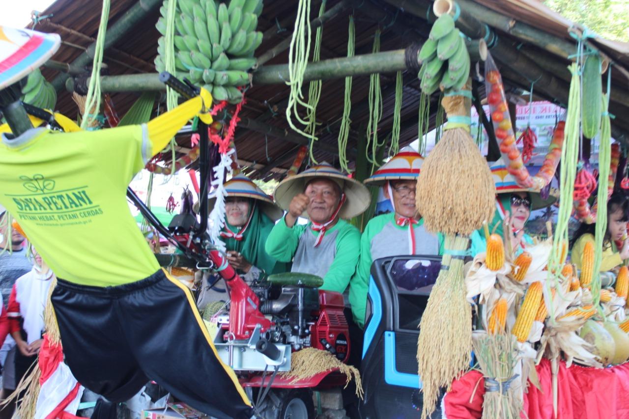 Para opa dan oma yang menjadi peserta karnaval lansia tampak bersemangat menaiki kendaraan dengan hiasan hasil kebun mereka. (Foto: Irfan Mohamad)