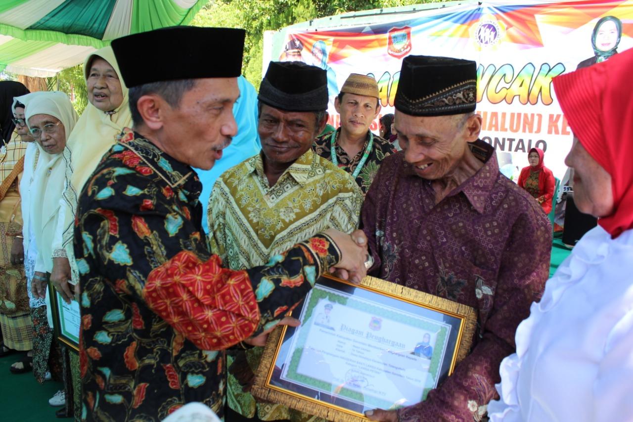 Masyarakat lanjut usia di Kabupaten Gorontalo yang mendapat penghargaan dari Bupati Nelson Pomalingo (Foto: Irfan Mohamad)