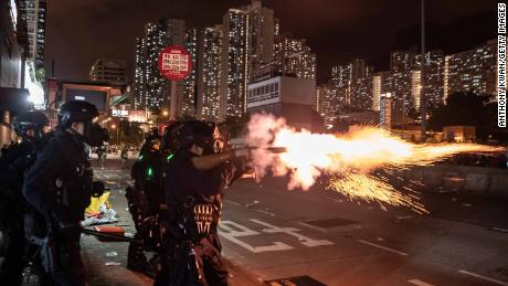 Aparat kepolisian Hong Kong melepaskan gas air mata ke arah pengunjuk rasa yang anti-pemerintahan hari Sabtu waktu setempat. Wisatawan mulai tidak nyaman.